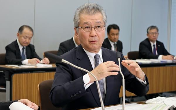17日、都内で記者会見をおこなう電気事業連合会の勝野会長