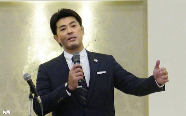 全日本大学野球連盟の監督会で講演する野球日本代表の稲葉篤紀監督(17日、横浜市内)=共同