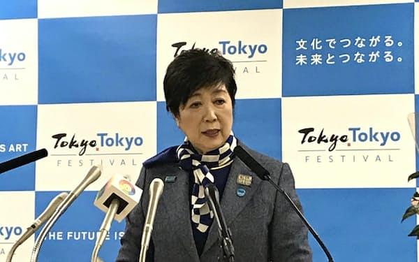 記者会見する小池氏(17日、都庁)