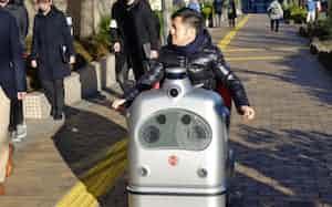 歩道を走るZMPの自動運転車両(東京・文京)