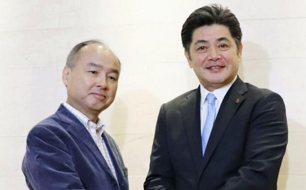 ソフトバンクの孫オーナー(左)への報告を終え、握手する工藤監督(17日、東京都港区)=共同