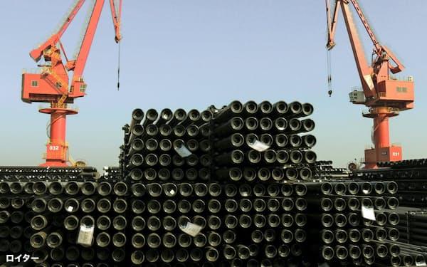 中国の粗鋼生産量は10億トンに迫る(中国の輸出港で積み上げられる鉄鋼製品、2015年12月)=ロイター