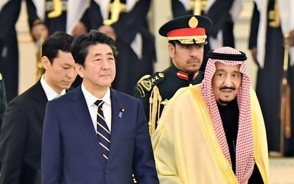 歓迎行事に臨むサウジアラビアのサルマン国王(右)と安倍首相(1月12日、リヤド)=共同
