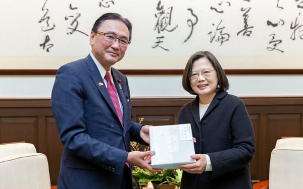 会談する台湾の蔡英文総統(右)と自民党の古屋氏(17日、台北市の総統府)=総統府提供