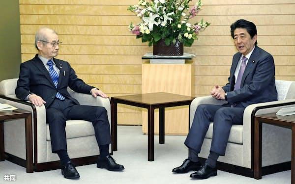 首相(右)と面会した旭化成名誉フェローの吉野彰氏(17日午前、首相官邸)=共同