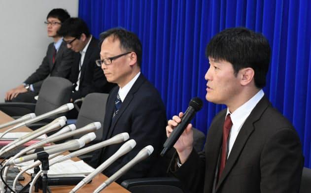 新型コロナウイルスの感染者について記者会見する厚労省結核感染症課の日下英司課長(右)(16日午前、厚労省)