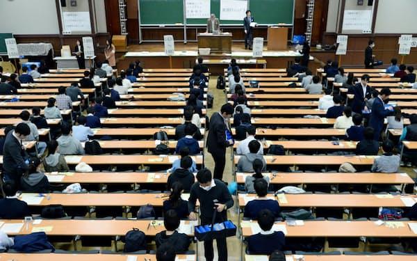 大学入試センター試験で、受験生にリスニング用の機器を配布する担当者(2019年1月19日、東京都文京区の東京大学)