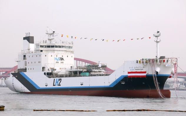 進水する世界初の液化水素運搬船「すいそ ふろんてぃあ」(神戸市)
