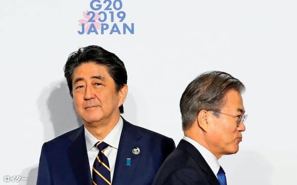 安倍晋三首相(左)と韓国の文在寅(ムン・ジェイン)大統領(2019年6月、大阪市)=ロイター