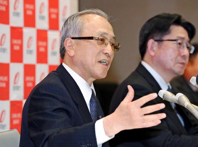SBIホールディングスとの資本業務提携を発表する筑邦銀行の佐藤頭取(左)(17日午後、福岡県久留米市)
