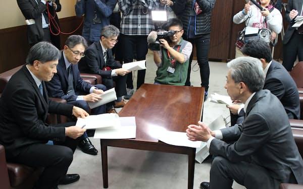 国交省が静岡県庁で難波副知事に回答書を手渡した(17日)
