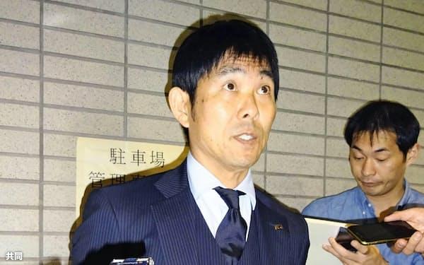 サッカーのU-23アジア選手権から帰国し、取材に応じる森保監督(17日午後、成田空港)=共同