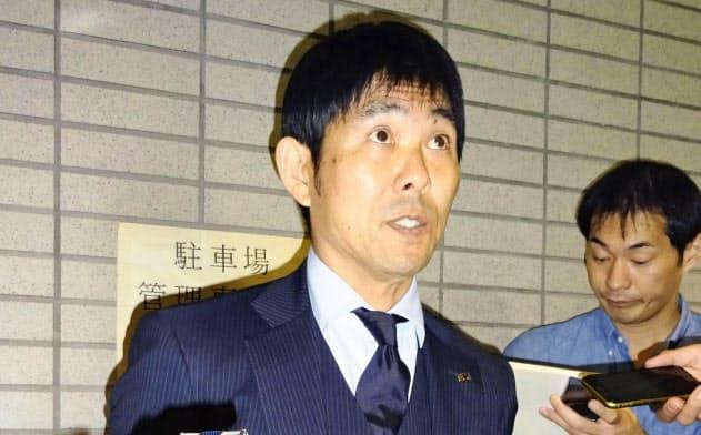 サッカーのU―23アジア選手権から帰国し、取材に応じる森保監督(17日午後、成田空港)=共同