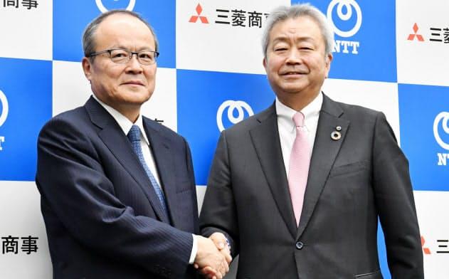 三菱商事の垣内社長(左)は「NTTとの提携は大きな転換点」と語る(2019年12月、NTT澤田社長との提携会見)