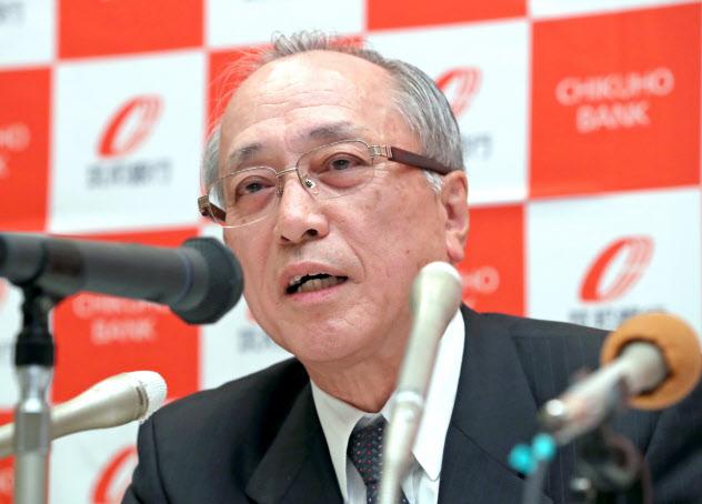 SBIホールディングスとの資本業務提携を発表する筑邦銀行の佐藤頭取(17日午後、福岡県久留米市)