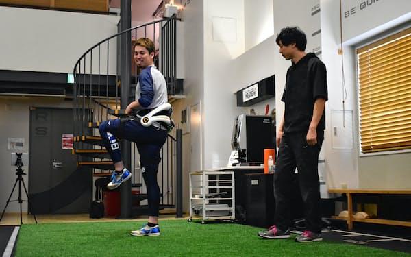 装着型ロボット「HAL」を使ってトレーニングする米大リーグ、ドジャースの前田健太投手(17日、東京都千代田区)