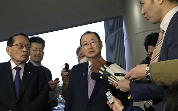 記者団の質問に答える日韓議員連盟の河村建夫幹事長(17日、ソウル)