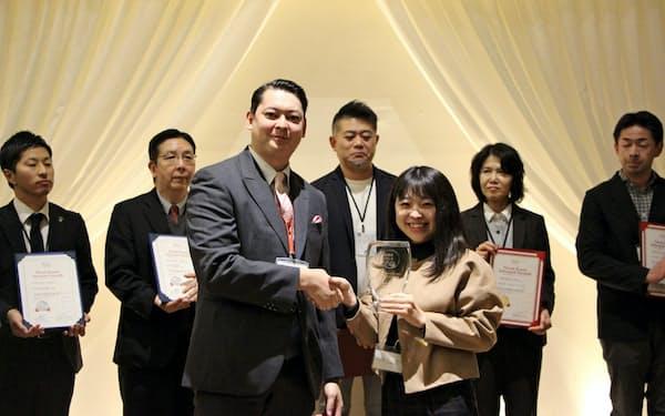 益子館里山リゾートホテルが北関東インバウンドアワードの宿泊施設ウェブサイト部門でグランプリを受賞した(写真はトロフィーを受け取る若女将の高橋絵莉さん)