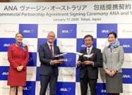 調印式に出席したANAの藤村修一取締役(写真中央右)とヴァージン・オーストラリアのジョン・マクラウドチーフ・コマーシャル・オフィサー(17日、東京都港区)