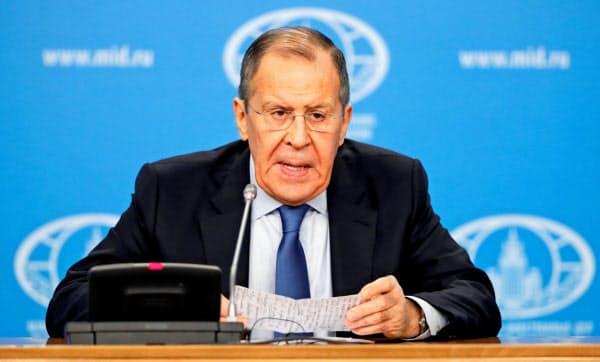 ロシアのラブロフ外相は年頭記者会見で、日本など各国のメディアからの質問に答えた(17日、モスクワ)=ロイター