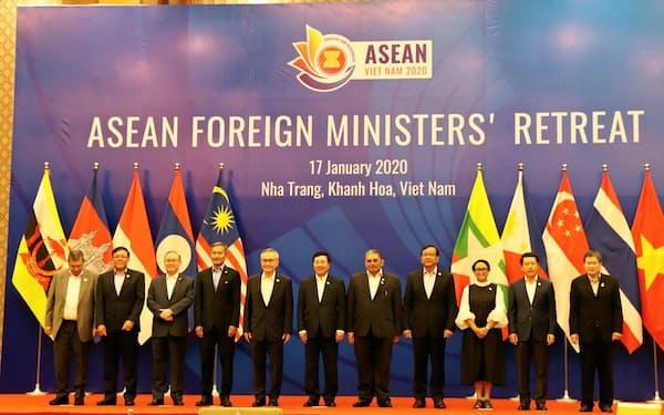 ベトナムで開かれたASEAN外相会議では南シナ海問題への対応などが議論された(17日、ニャチャン)