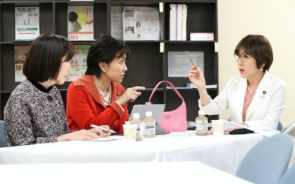 党内での女性活躍推進について稲田氏(右)と話し合う女性議員