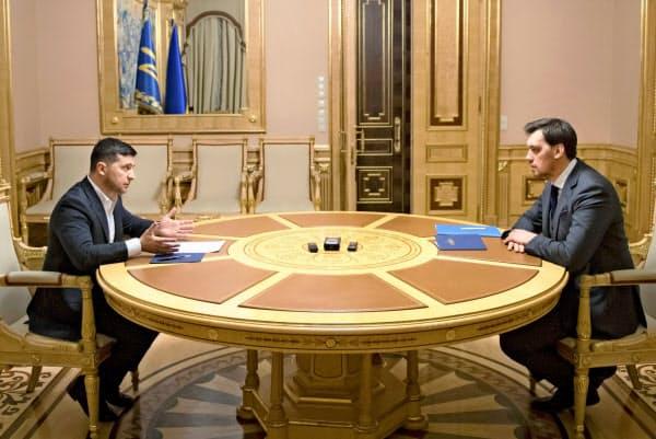 ゼレンスキー大統領(左)は辞意を表明したホンチャルク首相を慰留した(17日、キエフ)=ウクライナ大統領府提供・AP