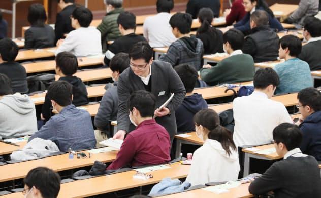 大学入試センター試験に臨む受験生(18日午前、東京都文京区の東京大学)