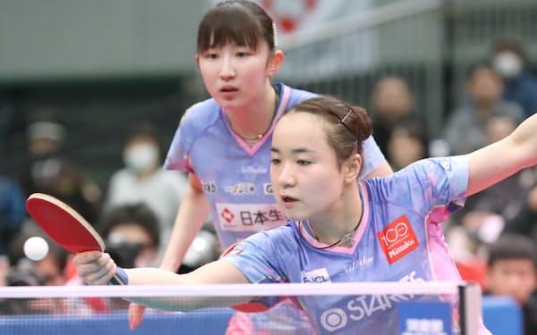 女子ダブルス決勝で芝田、大藤組に勝利した伊藤(下)、早田組