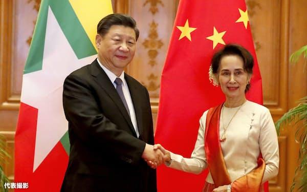 18日、ネピドーで会談した中国の習近平国家主席(左)とミャンマーのアウン・サン・スー・チー国家顧問=代表撮影