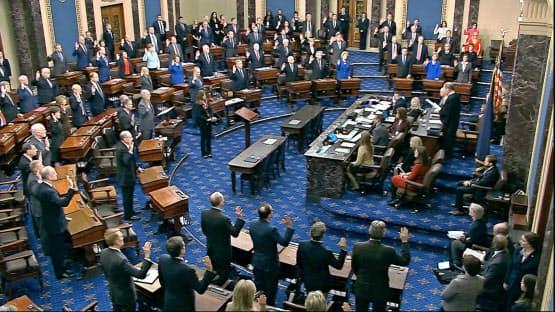 16日、弾劾裁判の開廷にあたって宣誓する米上院議員ら=上院テレビ提供・AP