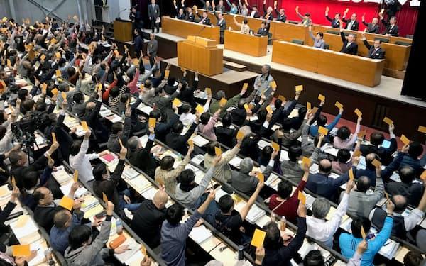 改定綱領は全会一致で採択された(18日、静岡県熱海市)