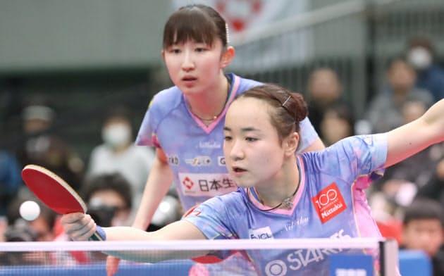 女子ダブルス決勝で芝田、大藤組に勝利した伊藤(手前)、早田組