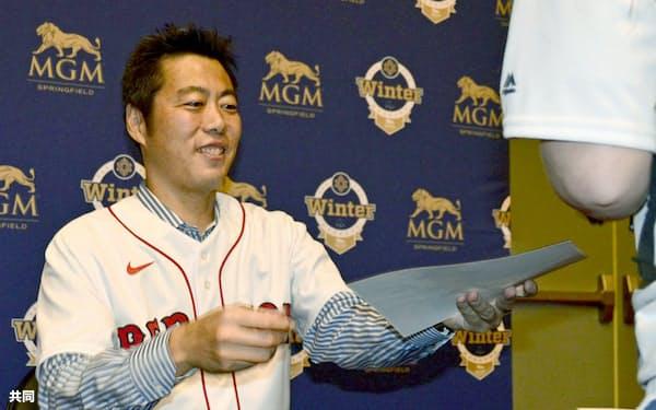 レッドソックスのイベントでファンにサインする上原浩治氏(18日、米マサチューセッツ州スプリングフィールド)=共同