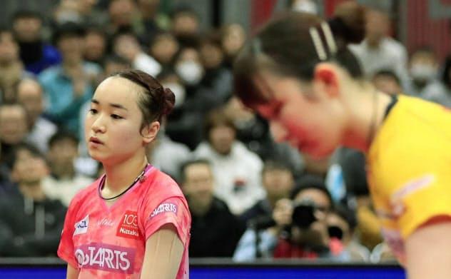 女子シングルス準決勝で、早田ひな(右)に敗れ肩を落とす伊藤美誠(19日、丸善インテックアリーナ大阪=共同