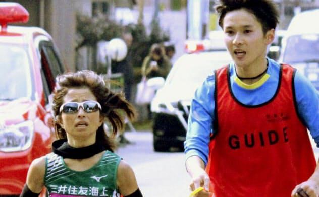 奥球磨ロードレースのハーフマラソンを走る女子マラソン(視覚障害)の道下美里=左(19日、熊本県)=共同