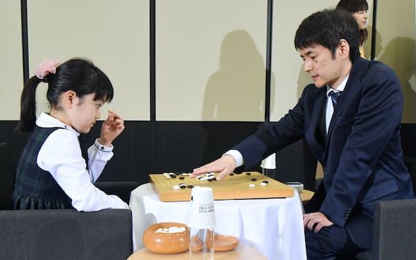 「IGOの世界にようこそ」イベントで、父の仲邑信也九段(右)と対局する菫初段(19日、東京・大手町)