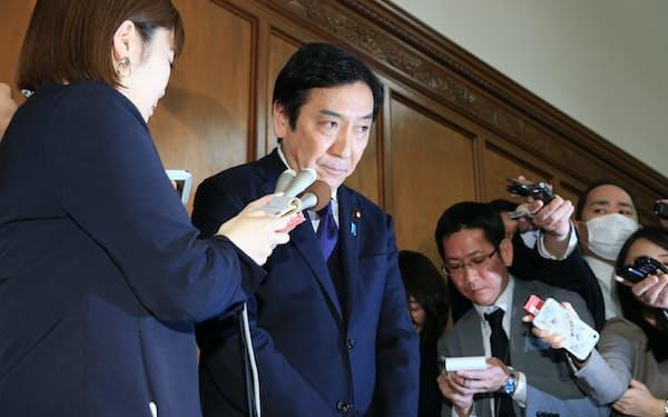 記者の質問に答える菅原一秀前経産相(20日午前、国会内)