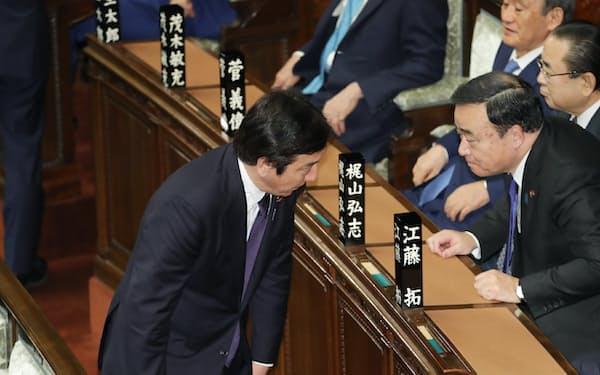 衆院本会議に出席し、頭を下げて回る菅原一秀前経産相(20日)