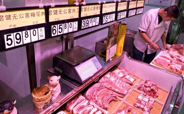 中国では供給不足で豚肉価格が高止まりした状況が続いている(北京の市場)=ロイター