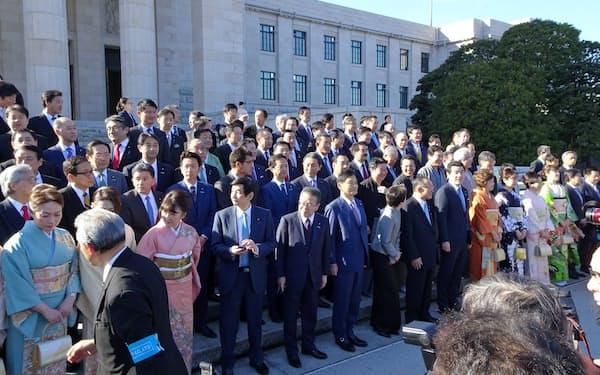 天皇陛下のお見送りを終えて、参院自民党の所属議員が国会前に集まりました(20日、国会内)