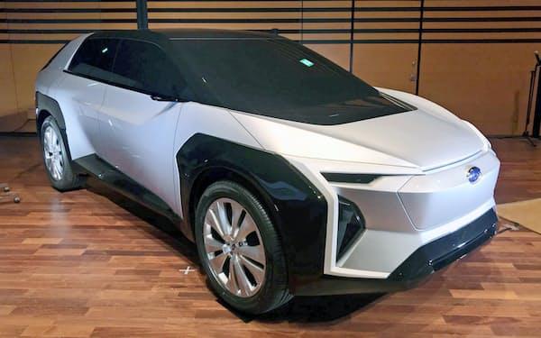 スバルが発表したトヨタと共同開発する電気自動車(EV)のデザインコンセプト(20日、東京都渋谷区)