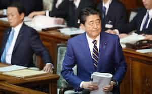 衆院本会議で施政方針演説に臨む安倍首相(20日)
