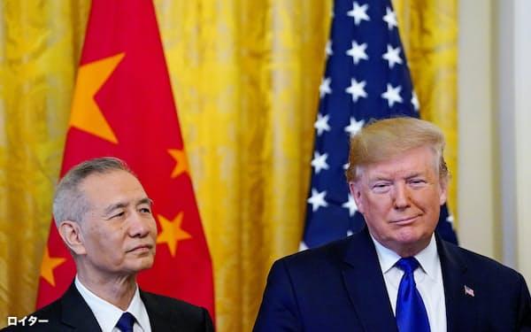 トランプ大統領(右)は米国の景気悪化を恐れ一時休戦を選択した(15日、ホワイトハウス)=ロイター