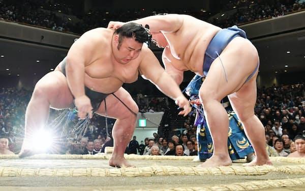 貴景勝(左)を突き落としで破った正代(20日、両国国技館)