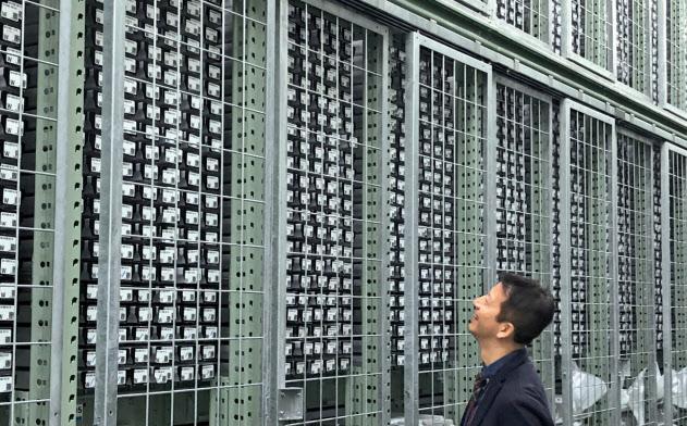 巨大な冷蔵庫に20万本の海底コア試料が収められている