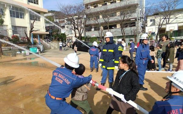 地域住民や消防団などが参加する防災訓練が恒例になっている(神戸市長田区の長田小学校で)