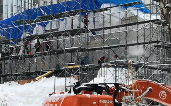 記録的な雪不足の中、大通公園では雪像制作が進む(20日、札幌市)
