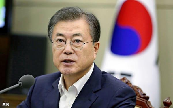 12日、ソウルの大統領府で開かれた会議に出席した文在寅大統領=韓国大統領府提供・共同
