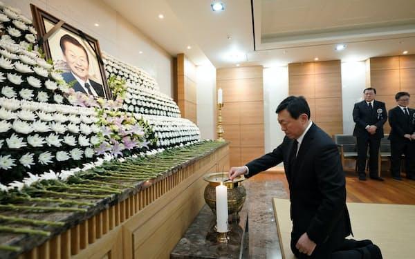 辛格浩氏の遺影の前で焼香する辛東彬会長(19日夜、ソウル市)=ロッテ提供